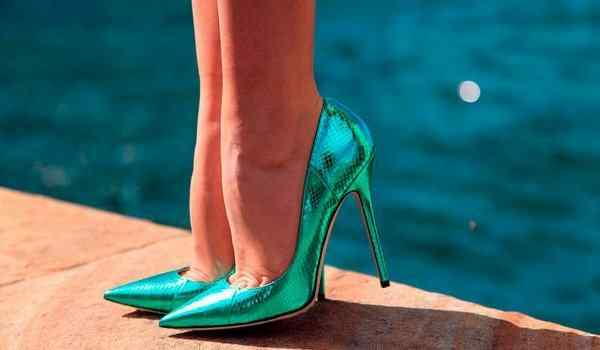 Why dream of shoes: women's, black, high heel shoes in a dream