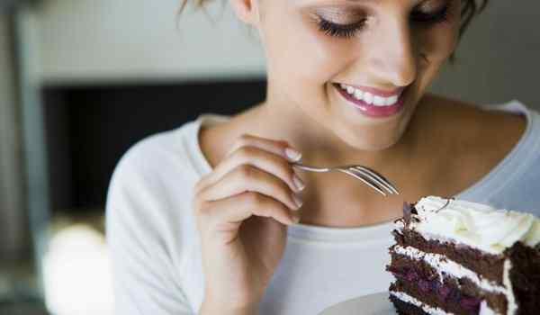 Девушка ест торт во сне